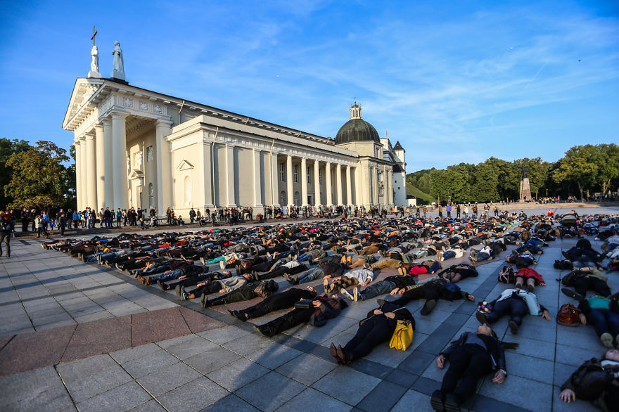 After Losing 8 Friends To Suicide, I Invited People To Lie Down In Lithuania To Show The Suicide Rate - Εικόνα1