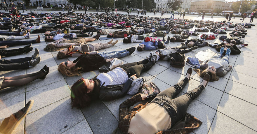 After Losing 8 Friends To Suicide, I Invited People To Lie Down In Lithuania To Show The Suicide Rate - Εικόνα2