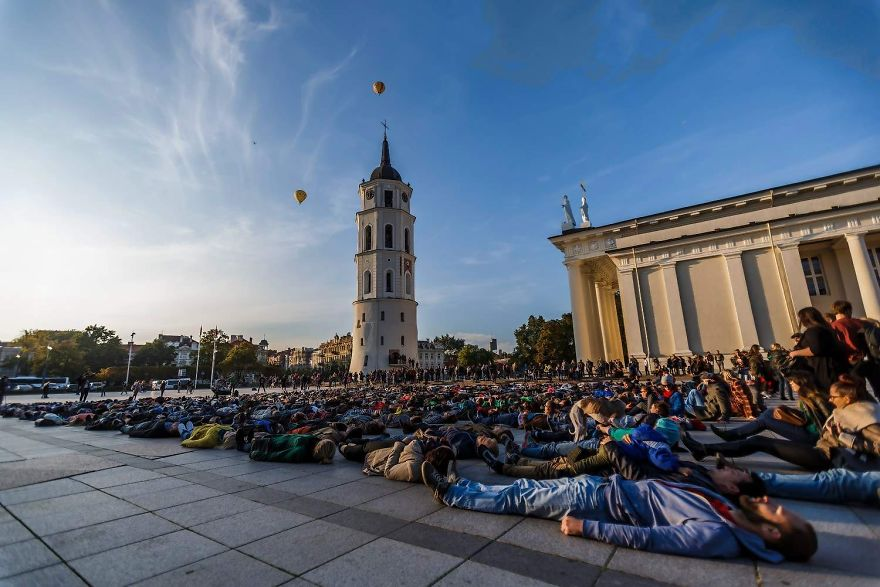 After Losing 8 Friends To Suicide, I Invited People To Lie Down In Lithuania To Show The Suicide Rate - Εικόνα4