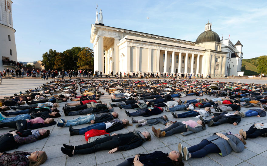 After Losing 8 Friends To Suicide, I Invited People To Lie Down In Lithuania To Show The Suicide Rate - Εικόνα8