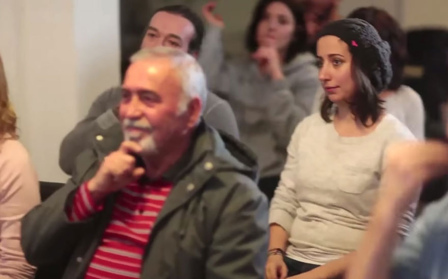 Entire Neighbourhood Secretly Learns Sign Language To Surprise Deaf Neighbor - Εικόνα1