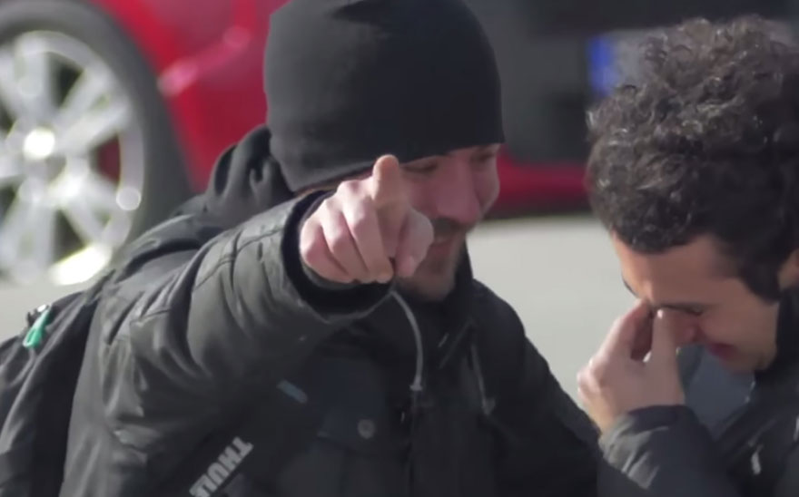Entire Neighbourhood Secretly Learns Sign Language To Surprise Deaf Neighbor - Εικόνα13
