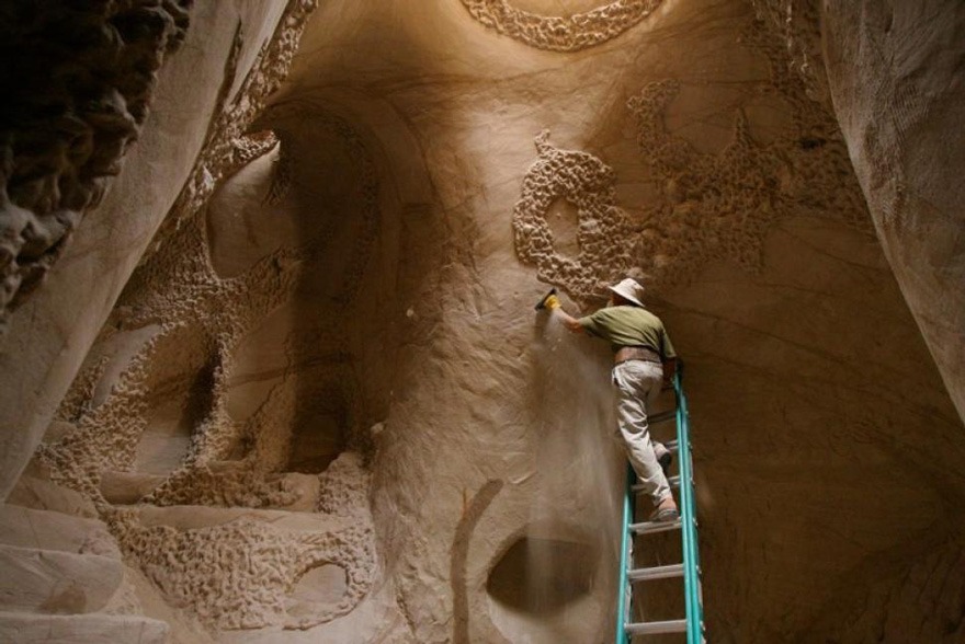 This Artist Spent 10 Years Carving A Giant Cave – Alone With His Dog - Εικόνα10