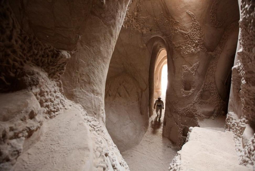 This Artist Spent 10 Years Carving A Giant Cave – Alone With His Dog - Εικόνα16